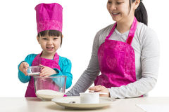 Tochter und Mutter, die zusammen kochen Lizenzfreie Stockbilder