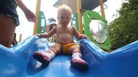 Tochter-und Mutter-Spiel auf Spielplatz stock video footage