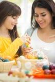 Tochter und Mutter spielerisch mit Ostereiern stockbilder