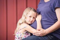 Tochter und schwangere Mutter Stockfoto