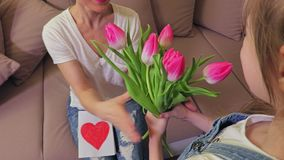 Tochter wünscht Mutter glücklichen Mutter-Tagesabschluß oben stock video