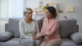 Tochter, welche die ältere Mutter bespricht Problem, Unterstützung und Sorgfalt, Hilfe tröstet stock footage