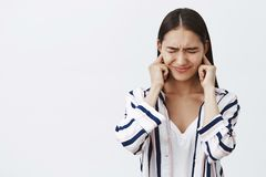 Tochter, welche die Ohren missfallen werden vom lauten Kampf von Eltern, fühlend intensiv und bedeckt schüchtern Porträt von ungl stockfoto