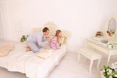 Tochterhandlung am Vater, der Kinderblume geben möchte Lizenzfreies Stockbild