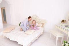 Tochterhandlung am Vater, der Kinderblume geben möchte Stockfotos