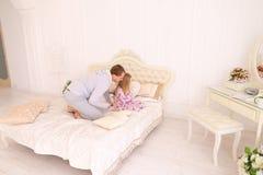 Tochterhandlung am Vater, der Kinderblume geben möchte Stockfotografie