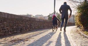 Tochterkindermädchen, das Reitenbycicle mit Vatiunterricht in der Stadt lernt Wachsen, Kindheit, aktive Sicherheitsfamilie bürger stock video
