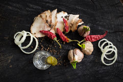 Tocino, ajo, cebollas, pimienta y vodka Fotografía de archivo libre de regalías