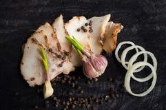 Tocino, ajo, rebanadas de cebollas y pimienta negra Fotografía de archivo
