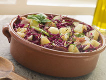 Tocino de la patata y ensalada de col roja conservada en vinagre Imagenes de archivo