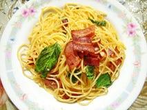 Tocino de los espaguetis con albahaca Imagen de archivo libre de regalías
