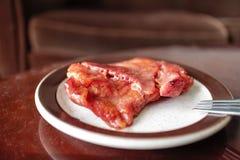 Tocino della carne di maiale sul piatto antico fotografia stock libera da diritti