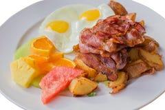 Tocino, jamón, patata, fruta, desayuno del huevo foto de archivo