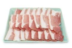 Tocino, rebanada rayada del cerdo en el fondo blanco Imagen de archivo libre de regalías