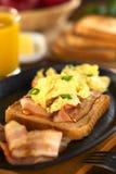 Tocino y huevo en el pan de la tostada Foto de archivo libre de regalías