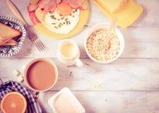 Tocino y huevos, cereal, tostada del desayuno Imágenes de archivo libres de regalías