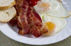 Tocino y huevos fritos Fotos de archivo libres de regalías
