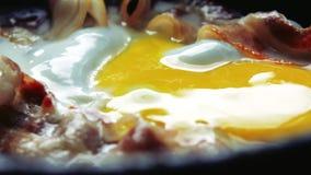Tocino y huevos fritos almacen de video