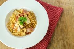Tocino y seta de los espaguetis Fotos de archivo libres de regalías