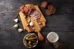 Tocino y vidrio de cerveza en una tabla Fotos de archivo libres de regalías
