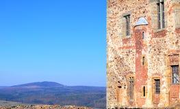 Tocnik城堡墙壁在蓝天的 免版税库存图片