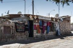 TOCONAO CHILE - AUGUSTI 12, 2017: Den typiska lokalen shoppar på gatan på den Toconao byn i den Atacama öknen, Chile Arkivfoton