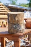Tocones de árbol redondos en fondo de la artesanía en madera Fotografía de archivo