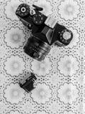 TOCUZ,摩尔多瓦- 2017年4月15日, :一台照相机和its的影片在浸泡 免版税库存照片