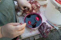 TOCUZ, MOLDAU - 15. APRIL 2017: Eier, die herein für das E gemalt werden Lizenzfreies Stockfoto