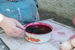 TOCUZ, MOLDOVA - 15 DE ABRIL DE 2017: Ovos que estão sendo pintados dentro para o E Fotografia de Stock