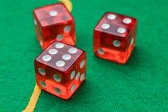 Toczna czerwona kostka do gry zieleni powierzchnia Obraz Royalty Free