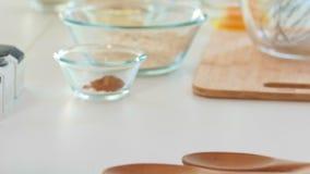 Toczna szpilka na stole z składnikami dla domowej roboty pieczenia zbiory wideo