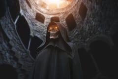 Tod mit brennenden Augen in verlassenem Schloss stockbild