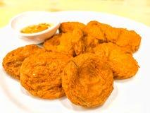 Tod Mun Pla Krai, Thaise Gefrituurde met kerrie gekruide clown knifefish cake en zoete Spaanse peper onderdompelende die saus, op Stock Afbeeldingen