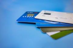 Toda clase de tarjetas de banco apiladas juntas foto de archivo