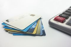 Toda clase de tarjetas de banco apiladas juntas fotografía de archivo libre de regalías
