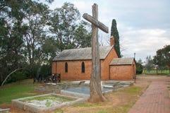 Toda la iglesia de los santos: Cruz rústica Fotos de archivo libres de regalías