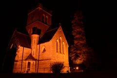 Toda la iglesia de los santos iluminada con focos en la noche Foto de archivo