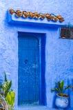 Toda a parede azul e porta antiga imagens de stock