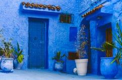 Toda a parede azul e porta antiga foto de stock royalty free