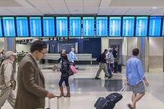 A toda prisa en el aeropuerto Foto de archivo libre de regalías