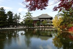 Todaiji-Tempel im Fall in Nara, Japan lizenzfreies stockfoto