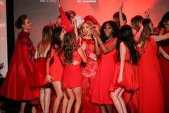 Todas as celebridades dançam em palco na pista de decolagem no vermelho ir para a coleção vermelha 2015 do vestido das mulheres Fotografia de Stock
