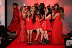 Todas as celebridades dançam em palco na pista de decolagem no vermelho ir para a coleção vermelha 2015 do vestido das mulheres Fotos de Stock Royalty Free