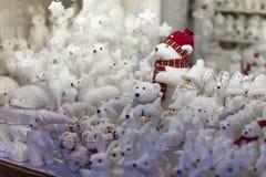 Todas as lembranças e brinquedos dos presentes do White Christmas na tenda do mercado do advento: ursos, coelhos, bonecos de neve fotografia de stock royalty free