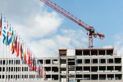 Todas las banderas de países europeos con el edificio de la construcción crane adentro Imagenes de archivo