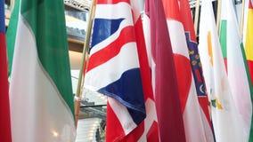 Todas las banderas europeas de las sindicalistas en el cuarto de los medios almacen de metraje de vídeo