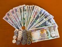 Todas las denominaciones, billetes de banco y monedas fotografía de archivo libre de regalías
