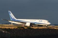 Todas las líneas aéreas Boeing Dreamliner 787 de Nipón en la pista Foto de archivo libre de regalías
