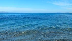 Todavía aguas de la costa de mar Mediterráneo, fondo del viaje almacen de video